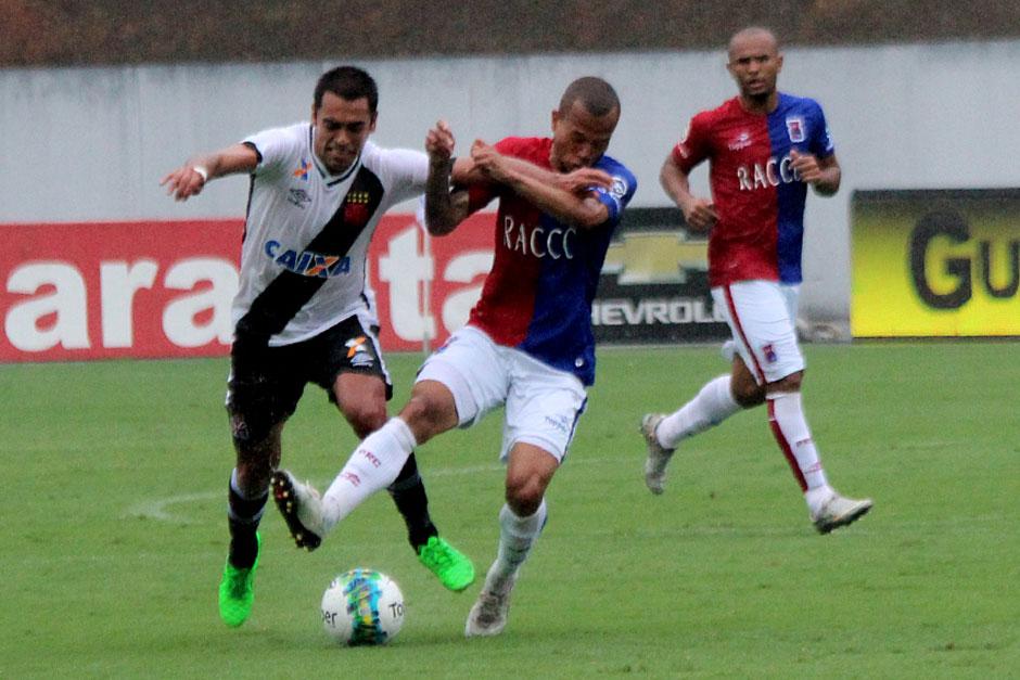 Vasco joga mal, mas vence o Paraná e reage na Série B