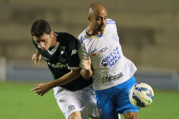 Goiás perde do Avaí com gol no fim e segue em queda no Brasileirão