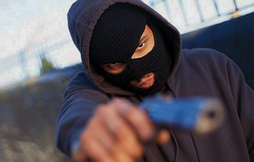 Polícia procura assaltantes que balearam guarda civil durante troca de tiros em Goiânia