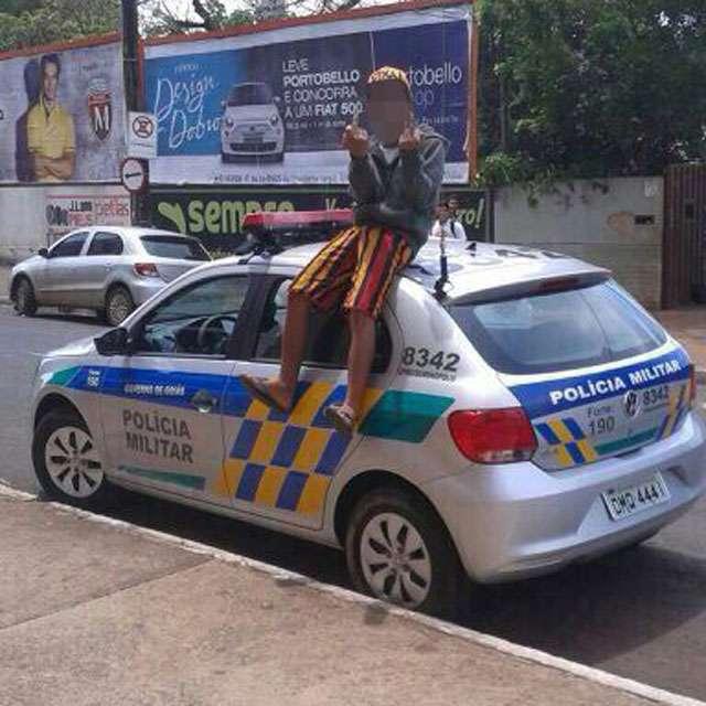 PM procura garoto fotografado em cima de carro da corporação