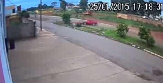 Vídeo mostra momento em que carro capota em rua de Cristalina