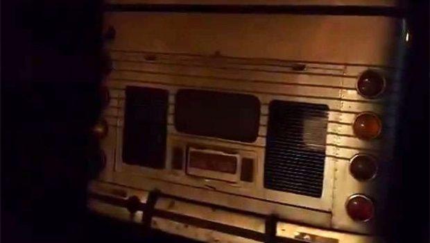 PRF apreende ônibus sem nenhuma iluminação noturna, transportando 61 passageiros