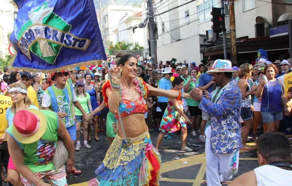 Cynthia Howlett é porta-bandeira de bloco no Rio