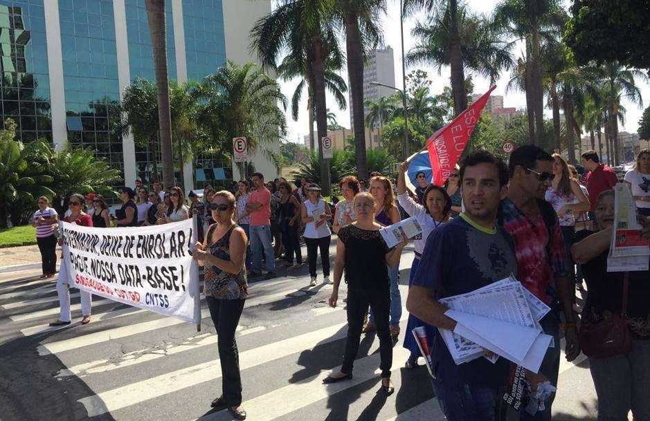 Servidores da saúde protestam na Praça Cívica