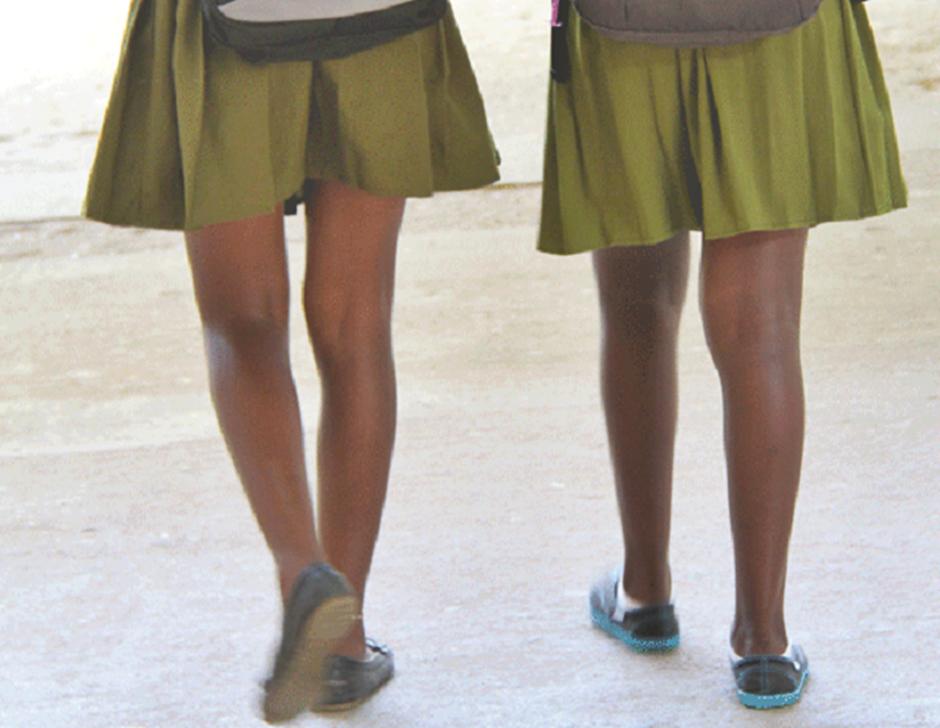 Escola chama uso de saias e shorts curtos por meninas de 'atitude abusiva'