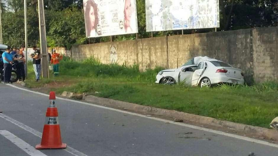 Homem morre após carro colidir contra um poste na Marginal Botafogo