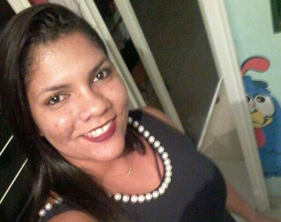 Mãe lamenta a morte de jovem assassinada na frente de casa, em Aparecida de Goiânia