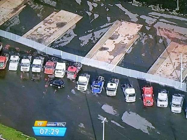 Em protesto, caminhoneiros ocupam estacionamento do estádio de Brasília