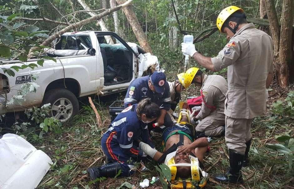 Perda do controle de veículo deixa um morto e dois feridos próximo a Jaraguá