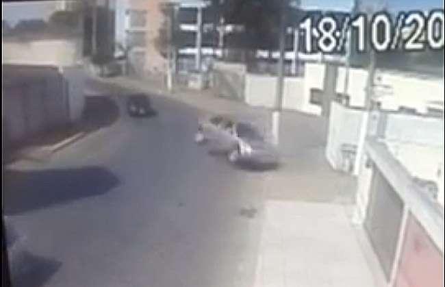Criança de sete anos morre após mãe colidir carro contra poste em rua de Anápolis