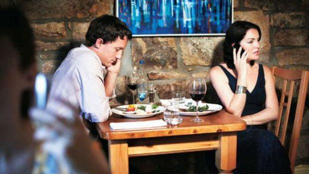 Pesquisa comprova: a simples presença do celular na mesa já prejudica a conversa