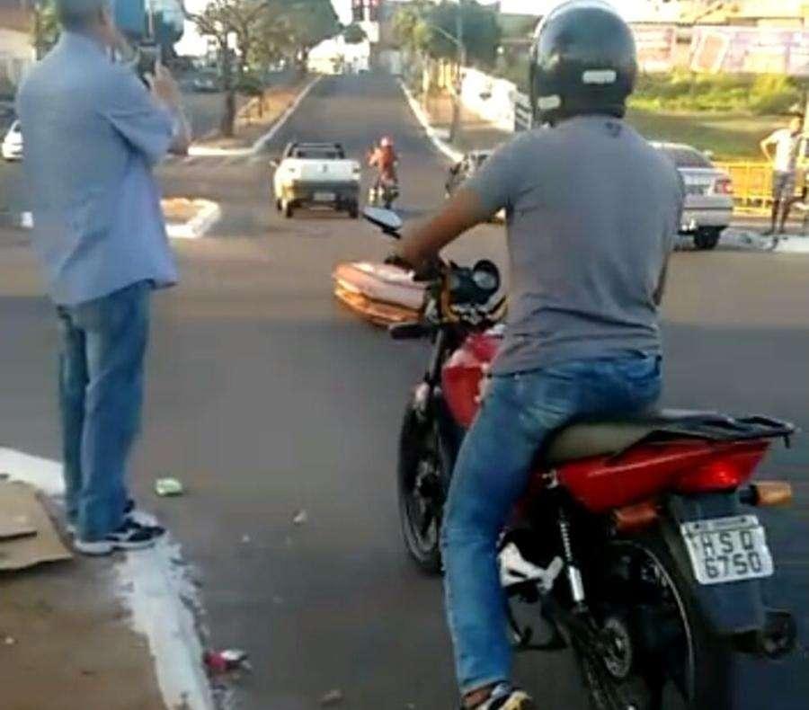 Moto roubada é reconhecida em vídeo de caixão que caiu em rua de Goiânia