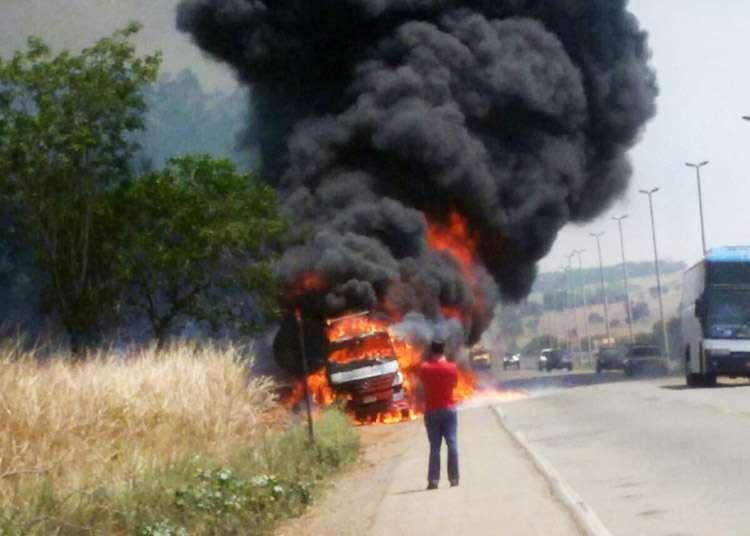Ônibus e caminhão pegam fogo em rodovias goianas
