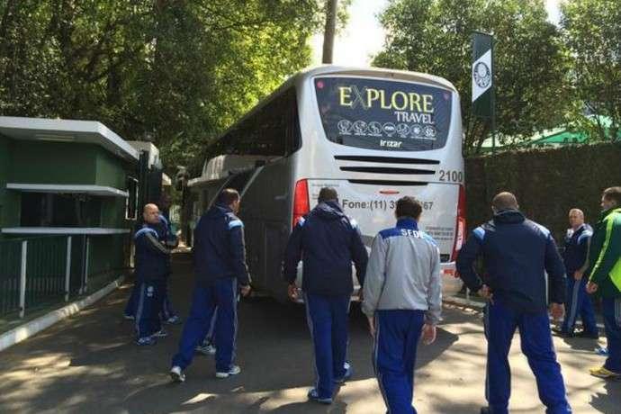 Com segurança reforçada, Palmeiras chega sem protesto