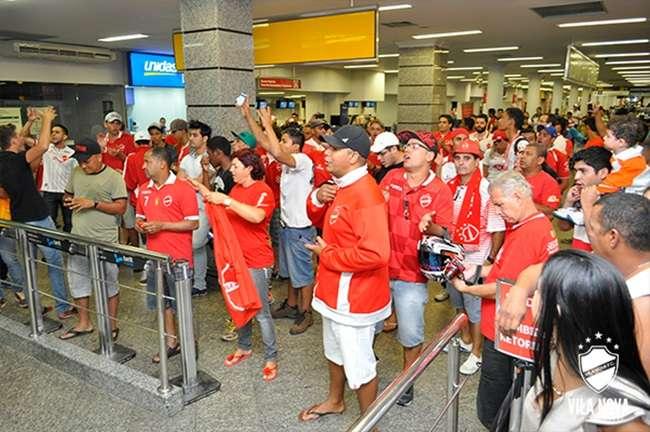 Torcedores lotam aeroporto para recepcionar delegação do Vila Nova