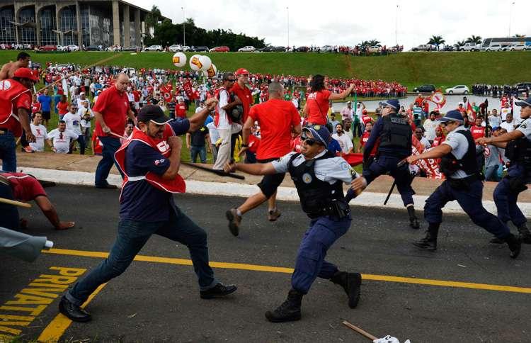 Policiais e manifestantes da CUT entram em confronto em frente ao Congresso