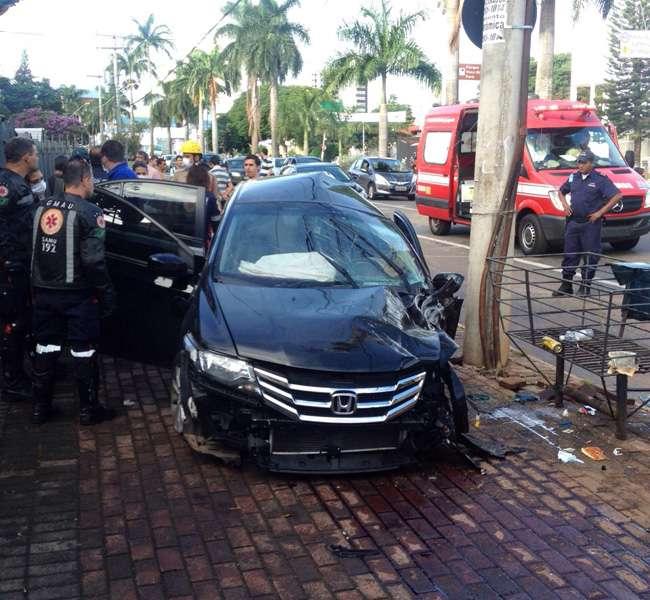Homem morre após colidir carro contra poste na Avenida 85
