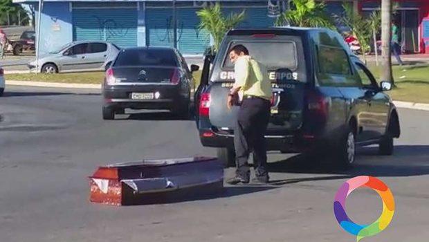Caixão com corpo dentro cai de carro funerário em rua de Goiânia
