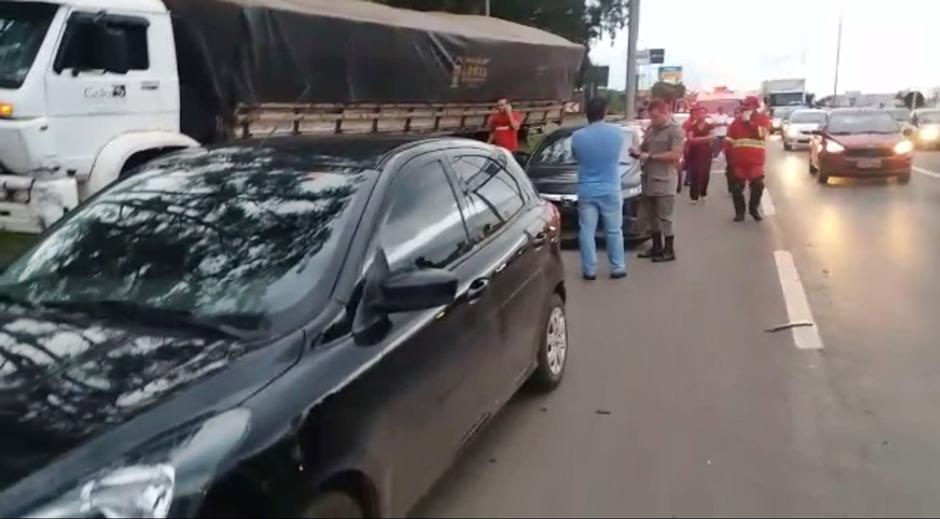 Caminhão perde freio e atinge oito carros na BR-153, em Aparecida de Goiânia