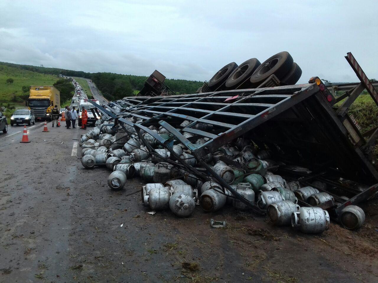 Acidente com caminhão que transportava botijões de gás provoca interdição da BR-060