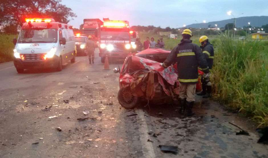 Bandidos roubam carro e causam acidente na BR-153. Duas pessoas morreram