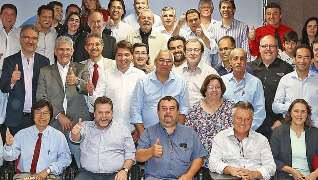 Lula pede a prefeitos que saiam às ruas pelo PT
