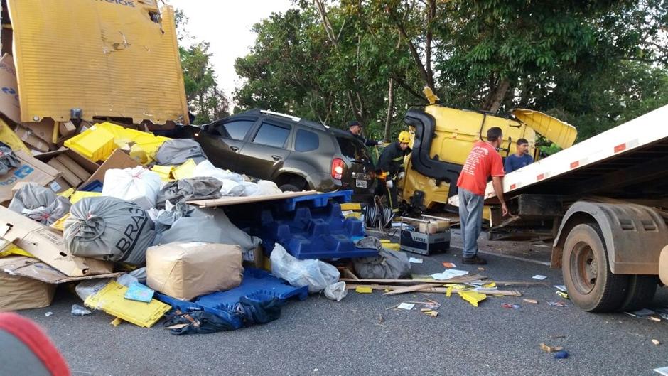 Acidente envolvendo três caminhões e um carro deixa dois feridos na BR-153, em Porangatu
