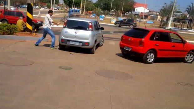 No DF: Gerente de posto de gasolina destruindo carro com barra de ferro
