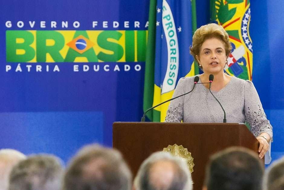 Dilma afirma que jamais renunciará e diz que impeachment é tentativa de golpe