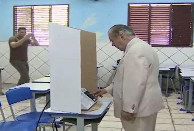 Imagens de um vídeo publicado na internet sugerem que Sarney votou em Aécio