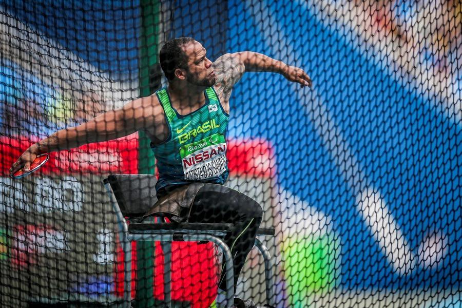 Com recorde paralímpico, Claudiney Batista fatura ouro no lançamento de disco