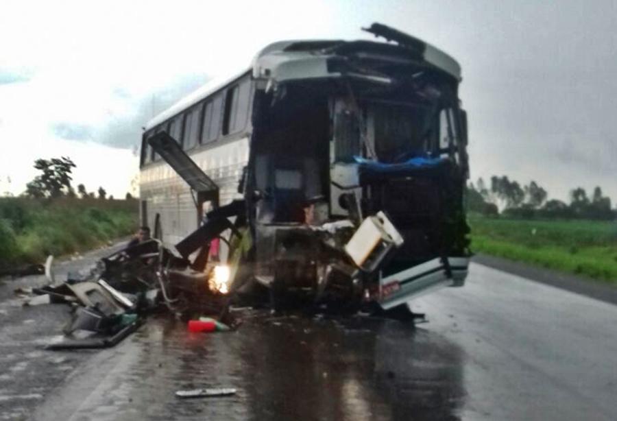Colisão entre ônibus e caminhão deixa um passageiro morto e outros dois feridos, em Campinorte