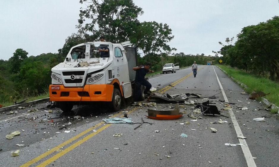 Carro-forte é explodido por bandidos na GO-241