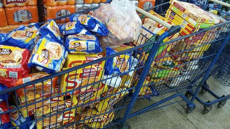 Decon apreende uma tonelada de produtos vencidos em supermercado