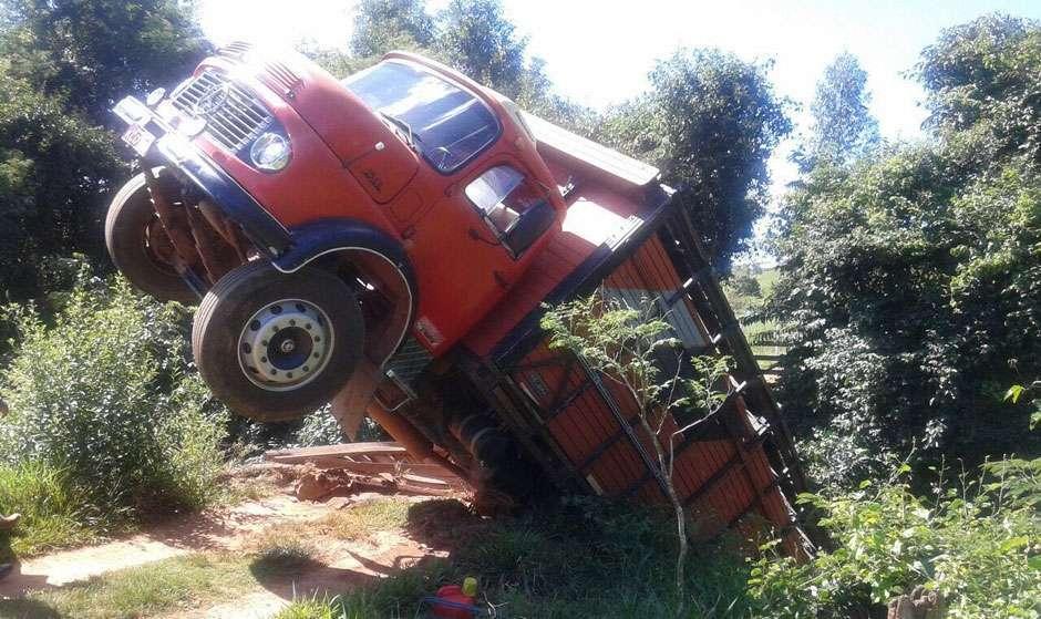 Ponte não suporta peso e caminhão boiadeiro despenca matando sete animais, em São Francisco de Goiás