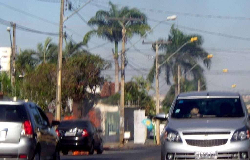 Bombeiros combatem incêndio em carro de passeio no Jardim América