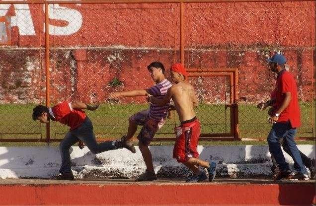 Torcidas organizadas do Vila Nova brigam e paralisam jogo treino no OBA
