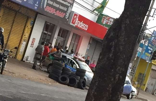 Homem é baleado após ser assaltado dentro de agência bancária na Vila Canaã