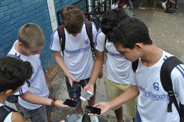 Oito em cada dez crianças e adolescentes usam celular para acessar a internet