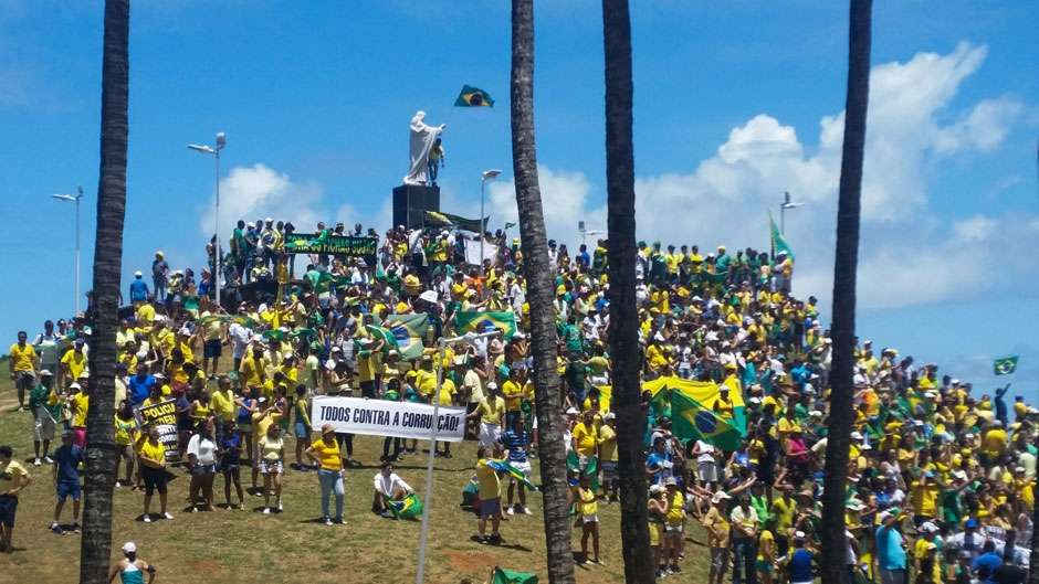 Cerca 20 mil pessoas fazem manifestação em Salvador