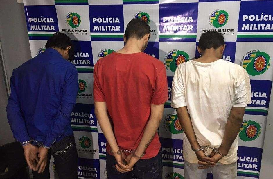 Em troca de tiros com a polícia, ladrão é morto e outros três são presos