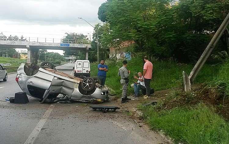 Motorista fica ferido após capotamento na Marginal Botafogo