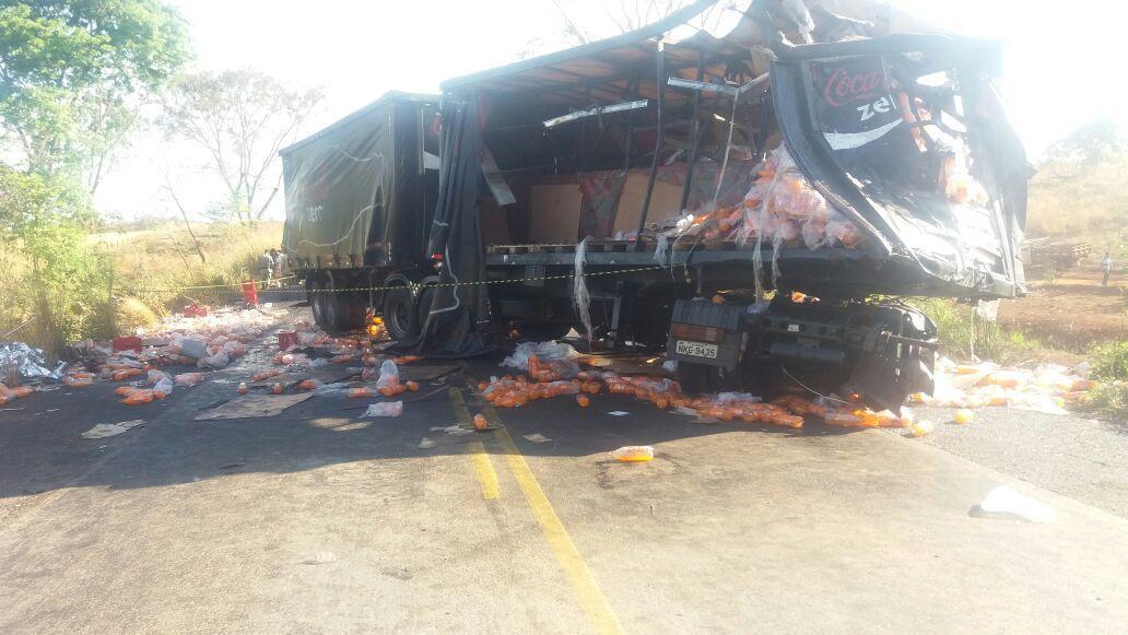Motorista morre em colisão frontal de dois caminhões na BR-153