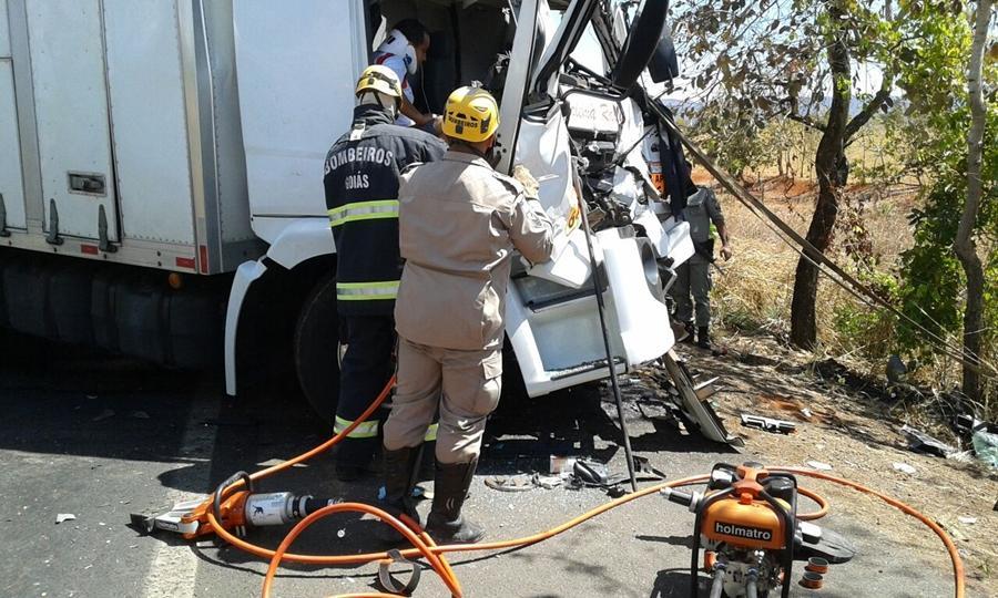 Caminhão de apoio do Rally dos Sertões bate e deixa dois feridos na BR-020, em Formosa