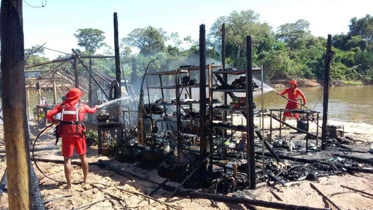 Incêndio destrói acampamento no Rio Araguaia