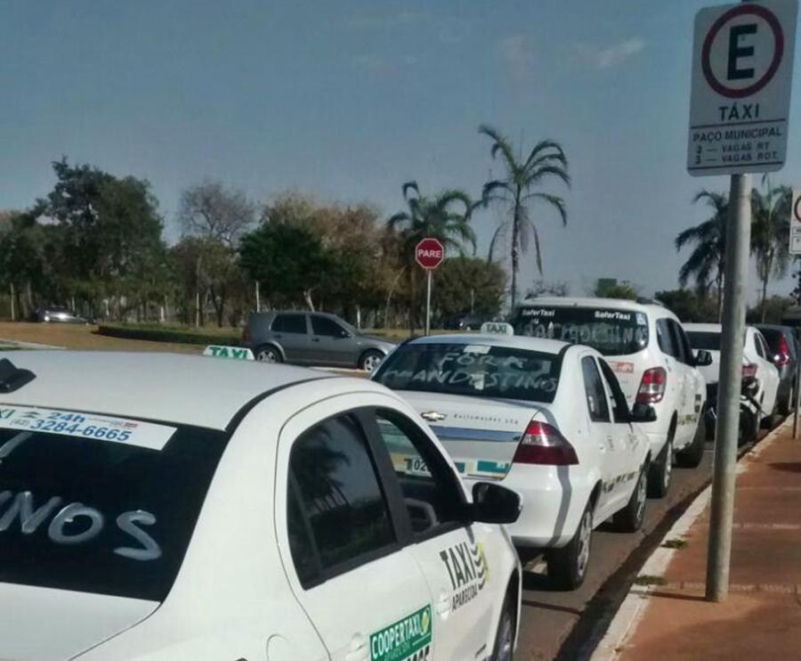 Taxistas fazem manifestação contra o Uber em Goiânia