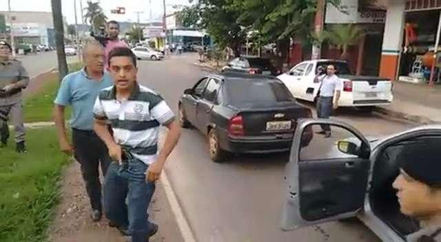 Goianésia: Policial à paisana desce armado de carro durante protesto e assusta estudantes