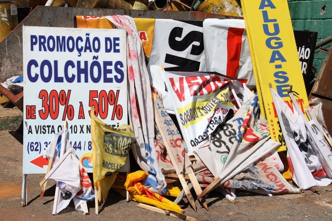 Prefeitura começa a multar quem coloca placas e cartazes em praças e avenidas