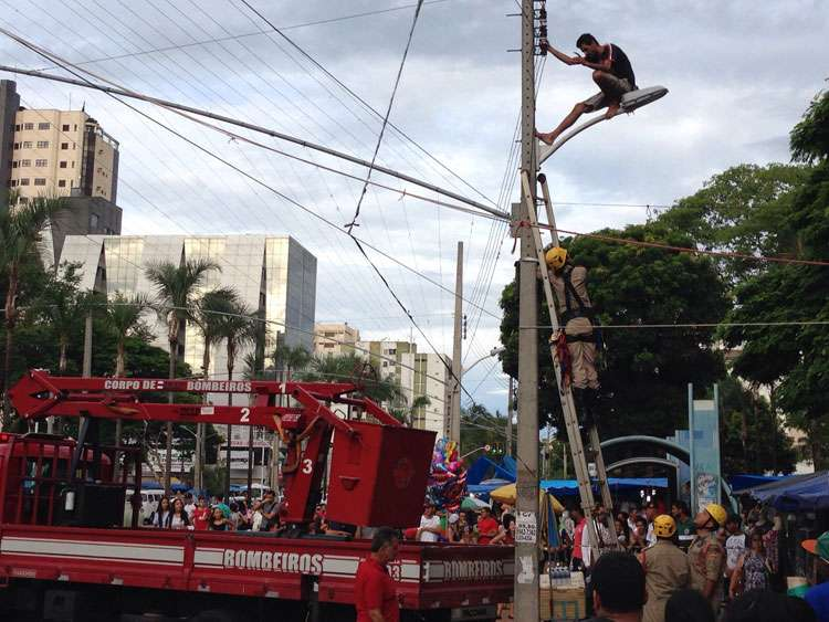 Bombeiros resgatam homem que tentava se jogar de poste na Praça Tamandaré