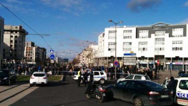 Homem armado invade posto dos correios e faz dois reféns em Paris